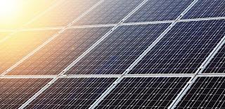 Вы собираетесь купить солнечные панели, или, возможно, уже их купили. Здесь у многих возникает логичный вопрос: что дальше делать? Эта статья вкратце отвечает на этот вопрос. Начнем с того, что солнечные панели (солнечные модули или, как их еще называют солнечные батареи) генерируют (вырабатывают) постоянный электрический ток (фотоэлектричество), который либо используется напрямую потребителями постоянного тока, либо для зарядки аккумуляторов. Солнечные панели(солнечные батареи). При зарядке аккумуляторов нельзя допустить их перезаряда, а также глубокой разрядки (т.к. это сильно уменьшает срок службы аккумуляторов). Для этих целей используются контроллеры заряда, которые контролируют степень разрядки аккумуляторов и замыкают или размыкают цепь. Таким образом, зарядка аккумуляторов от солнечных панелей будет идти только в том случае, когда аккумулятор не заряжен полностью, а подача электроэнергии, соответственно, будет идти только до тех пор, пока аккумулятор не разряжен до установленного предела. Контроллеры заряда настраиваются на нужный режим работы и информируют о текущем заряде аккумулятора. Изготавливаются как со светодиодной индикацией, так и цифровыми дисплеями.
