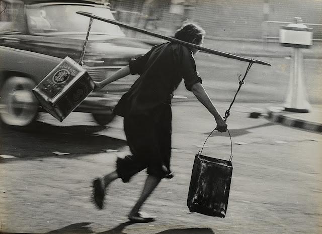 "Foto: Yau Leung - ""Risking Her Life To Get Water (Sham Shui Po)"", 1963. // imagenes chidas, historicas, bellas, old hong kong antiguo, blanco y negro, cool pictures, vintage photos."