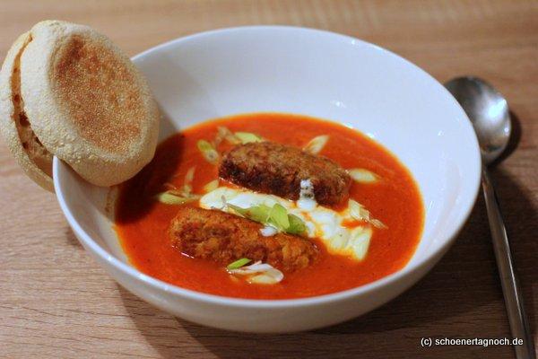 Tomaten-Kokos-Suppe mit Linsen-Hack-Bratlingen
