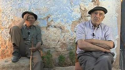 Abuelos sentados en el pueblo