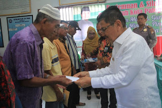 Walikota Palopo Serahkan Insentif di 9 Kecamatan