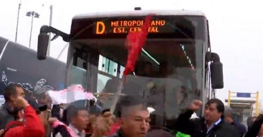 Maestros del SUTEP toman y bloquean vía del Metropolitano en la estación de Caquetá