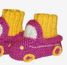 http://www.tejiendoperu.com/dos-agujas/prendas-y-otros-para-beb%C3%A9s/botitas-con-dise%C3%B1o-de-carro-para-beb%C3%A9s/