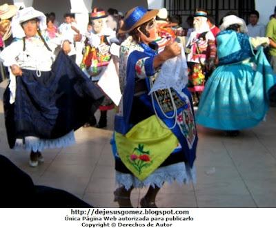 Foto de personajes de la Tunantada bailando en la Fiesta de Baños Hural por Jesus Gómez
