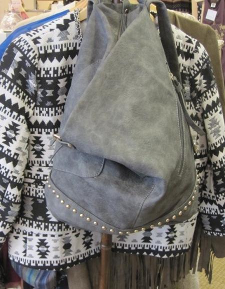 Bolso mochila piel gris. Chaqueta estilo étnico blanco y negro
