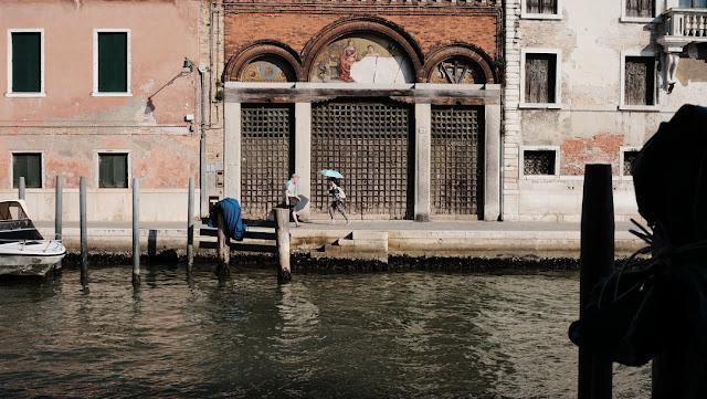 Corsa per le calli veneziane