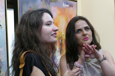 Dwie młode dziewczyny rozmawiają o szttuce