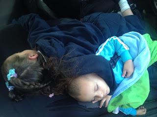 Sophia durmiendo abrazando a Fabian