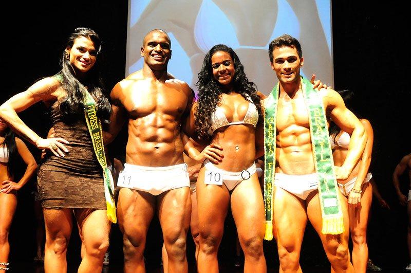 Igor e Roberta, vencedores do Garoto e Garota Fitness Santos 2012, ao lado de Marissol Dias e Junior Moreno
