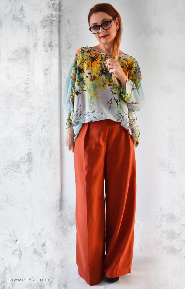 Kombination mit ueberweiter Hose und leichter Bluse mit Flowerprint