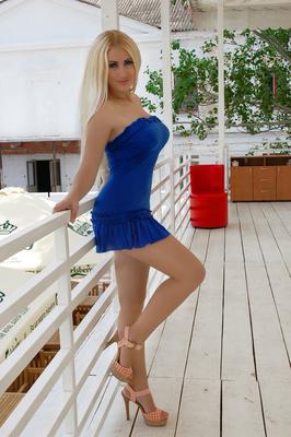 ukrainische Frau im Minikleid und High Heels sucht Partner