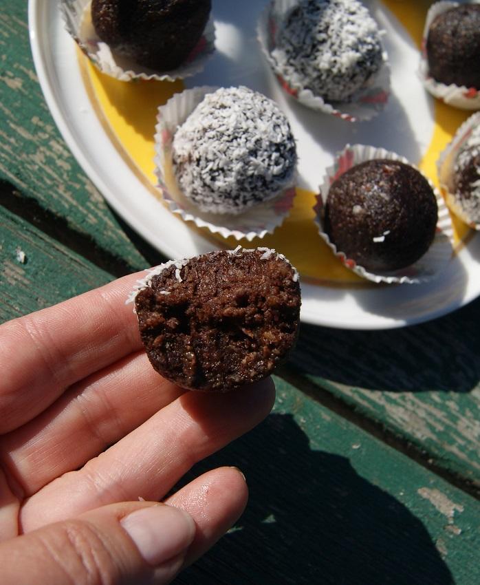 Surowe czekoladowe kulki, albo babeczki