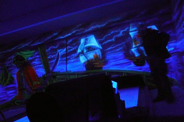 Malowanie obrazu farbami uv, farby świecące w ciemnościach pod oświetleniem ultra fioletu