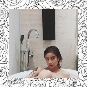 foto awkarin mandi