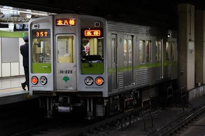 都営新宿線九段下駅停車中の10-000形4次車