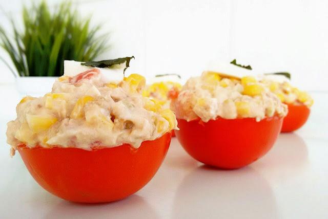 tomates partidos rellenos de mayonesa y atun