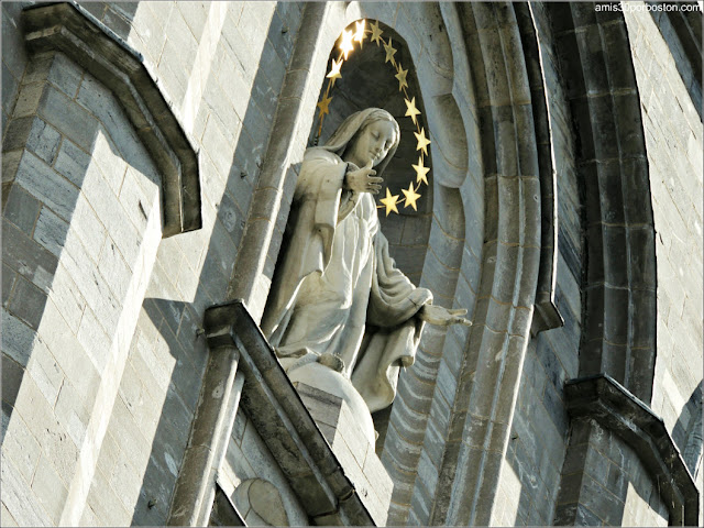 Basílica Notre-Dame de Montreal: Escultura de la Virgen en la Fachada