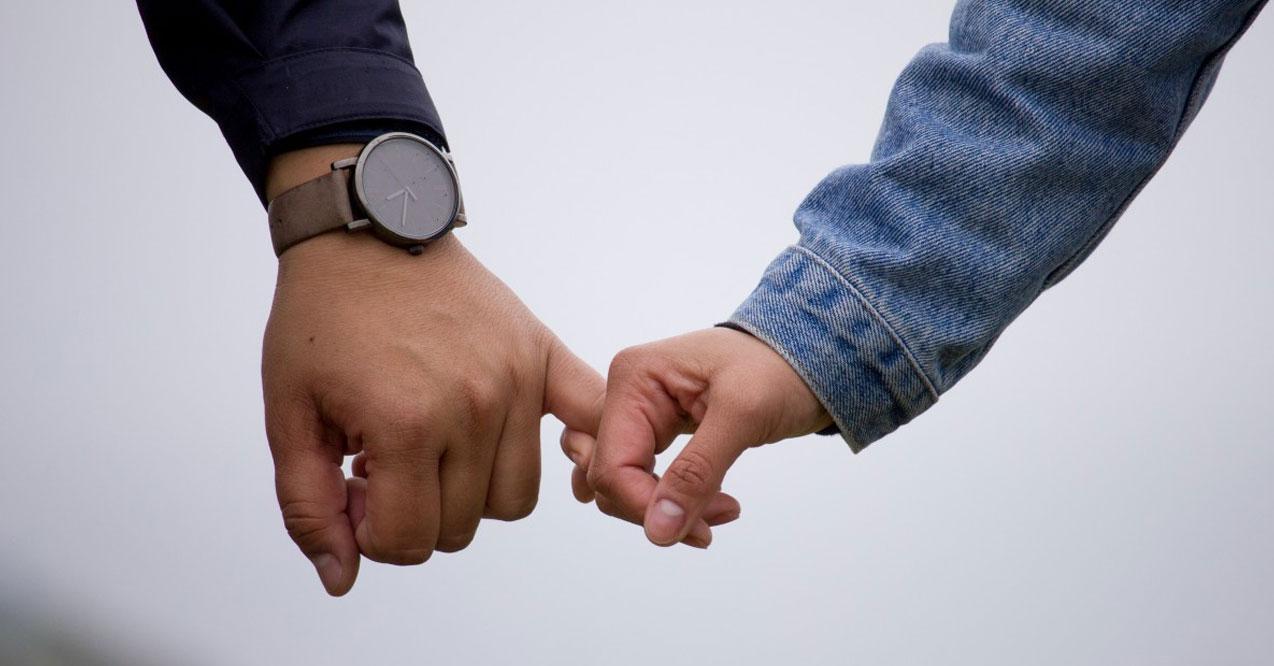 Đặt hai mu bàn tay khi hai người ngồi cạnh nhau: Cả hai muốn bảo vệ nhau. Ý nghĩa tình yêu qua cái nắm tay là cả hai muốn yêu nhau nhiều ...