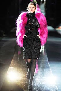 3bc6f0caeba88 Siyah ve gri bayan giyim moda devi dolce gabbana dan pembe kürk modeli,Dolce  Gabbana 2012 modellerinde dantel ve renkli kürklere yer vermiş,hatta  ayakkabı ...