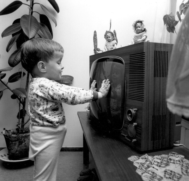 29 Pictures Of Children Of The Past Show The Differences Between Generations - A small boy in front of a TV, 1966
