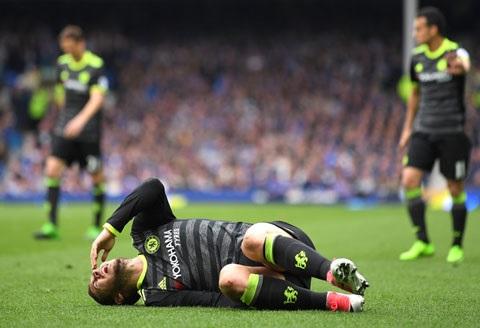 Cầu thủ Chelsea bị đau do va chạm trong trận đấu
