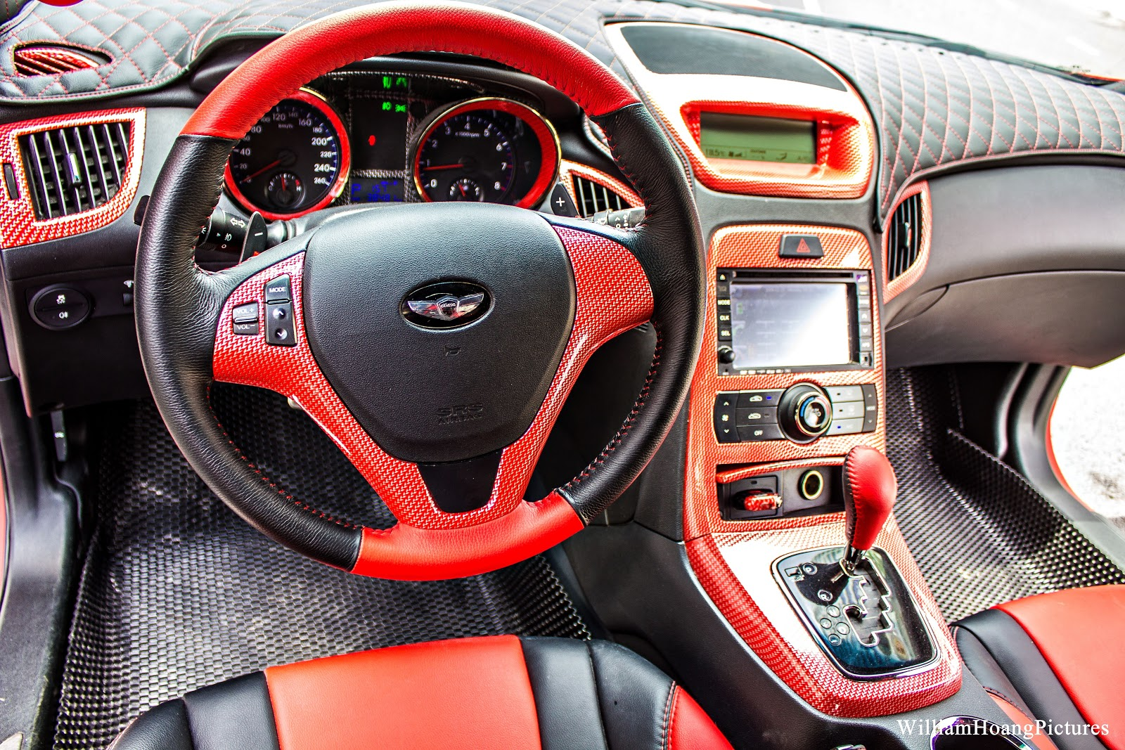 Nếu được ngồi vào xe, bạn sẽ phải bất ngờ với nội thất tuyệt đẹp, thể thao cá tính của Deadpool