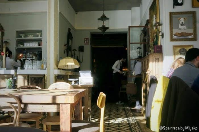 マドリードのレティーロ公園側の可愛いカフェの店内