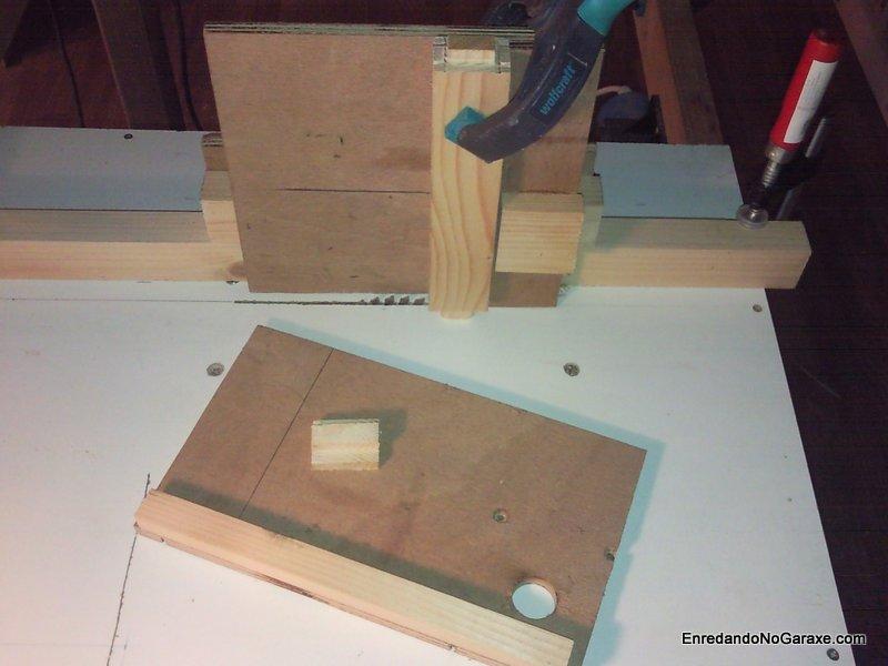 Soporte para cortar espigas con la sierra de mesa, enredandonogaraxe.com