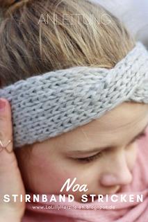 Noa ist ein schmales, in der Mitte verschränktes Stirnband. Die Kreuzung der beiden Stränge gibt ihm einen modernen Look, gleichzeitig ist es aber ein einfach zu strickendes Anfängerprojekt, das dank dickeren Garns schnell gestrickt ist.