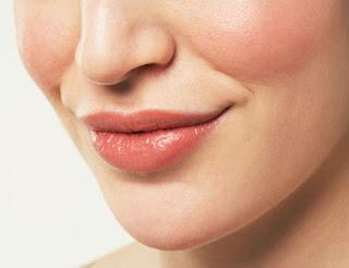 Lipstik dengan warna natural
