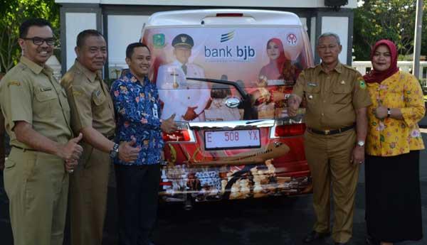 bjb serahkan satu unit mobil kepada dewan kerajinan kuningan