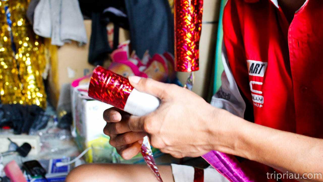 Gak Sekedar Jalan Semaraknya Suasana Kampung Terompet Mainan Jelang Tahun Baru