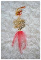 sautoir doré fleur et plumes rouges