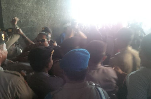 Mencekam! Usir Ustadz Abdul Somad dari Bali, Massa 'Merangsek' ke Dalam Hotel