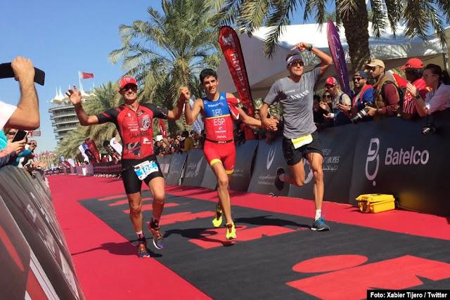Entrada en meta de Tijero, junto a Mikel Calahorra y al campeón olímpico Jan Frodeno