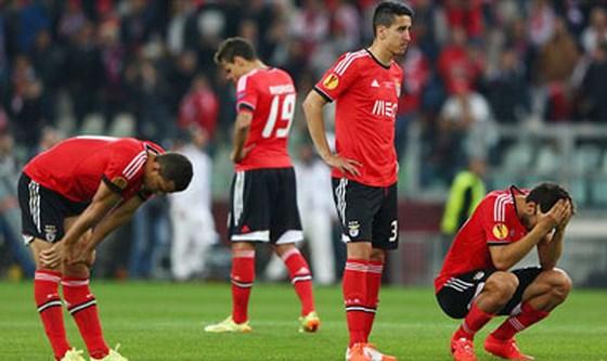 Nỗi thất vọng của các cầu thủ Benfica sau trận đấu