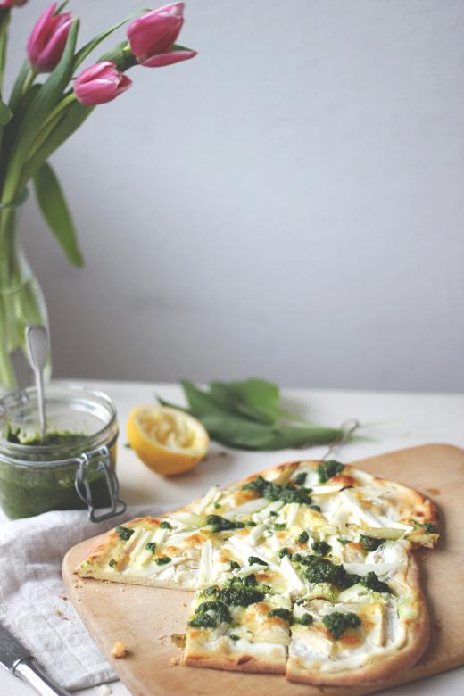 Pizza bianca mit Spargel und Bärlauchpesto. Weiße Pizza, einfaches Frühlingsrezept. Holunderweg18