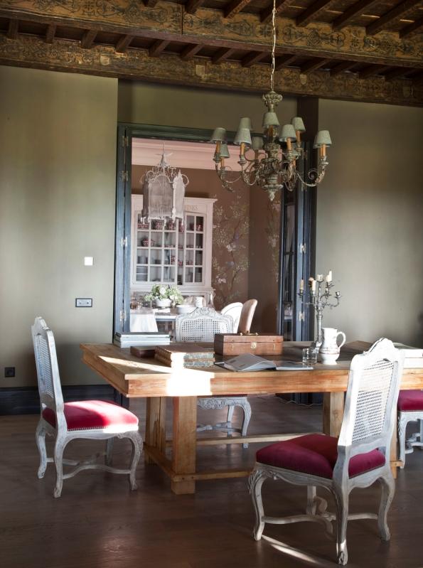comedor con mesa de madera y sillas antiguas blancas tapizadas con terciopelo chicanddeco