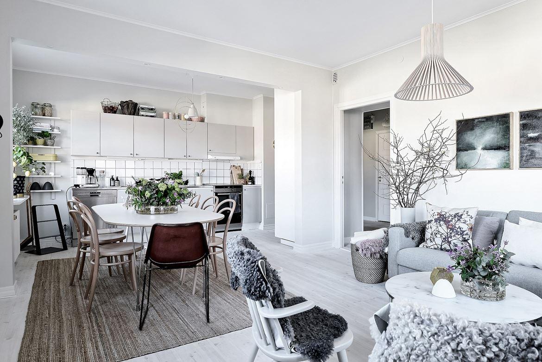 cocina, blanca, estilo nordico, cocina nordica, decoracion nordica, flores, estanterias, horno, sillas, tonet,