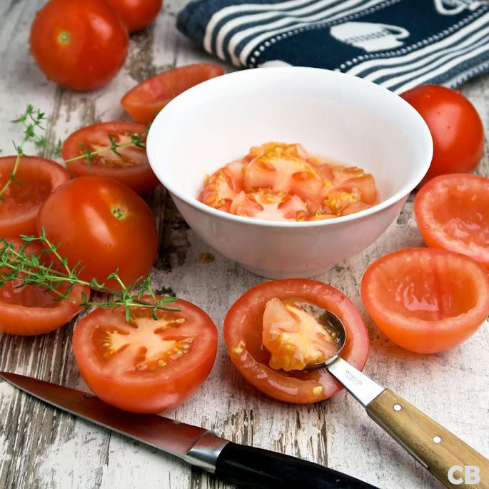 Het uithollen van de tomaten is makkelijk