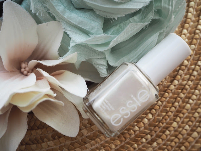 photo-essie-esmaltes-uñas-colores-verano-2018-all-daisy-long