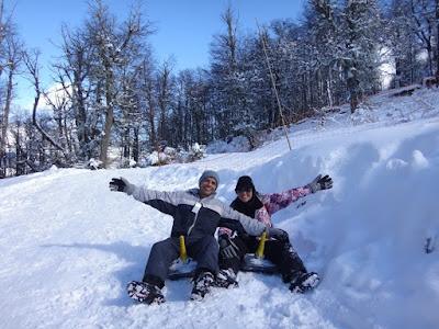 Diversão garantida nas pistas de esquibunda no parque Piedras Blancas em Bariloche