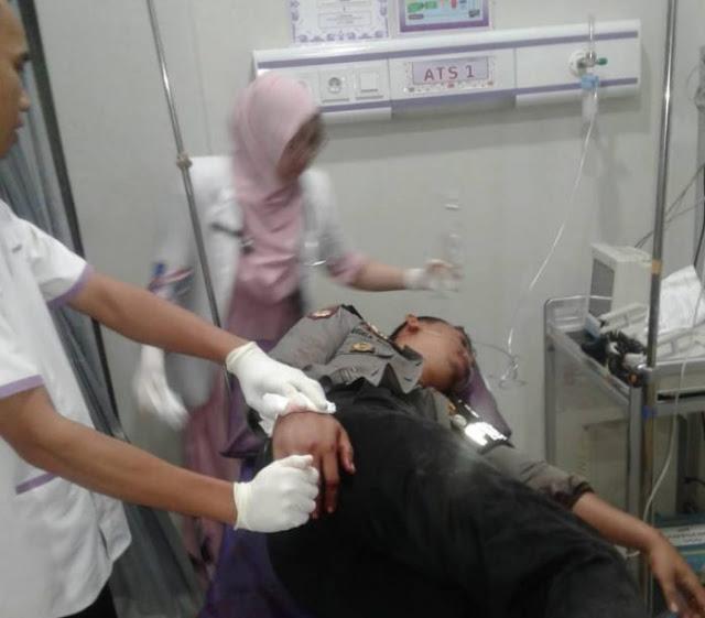 Lagi Enak-enak Ngobrol, Anggota Polisi Cirebon Dibacok