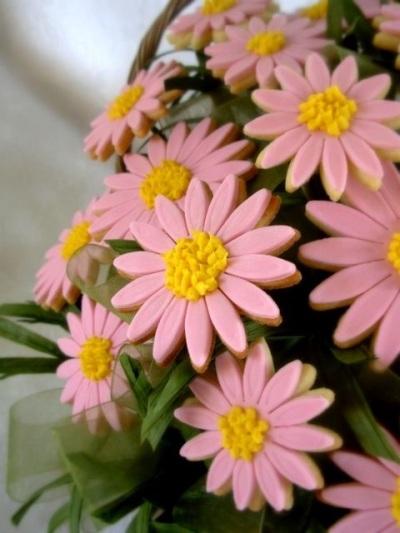 5. Satu buket kue kering bentuk bunga daisy.