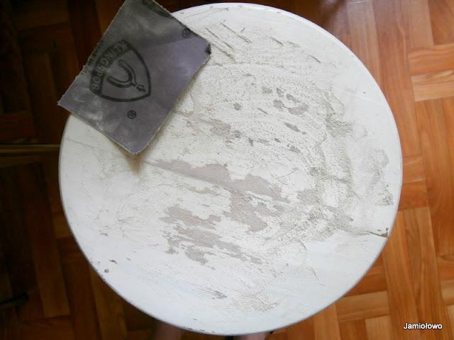 usuwanie starej farby z mebla