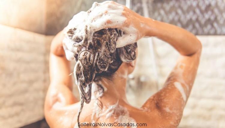lavando os cabelos com shampoo