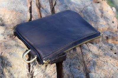 Portamonete in robusta pelle da sella con finitura in cuoio blu e zip in ottone