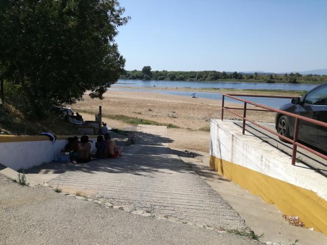 Entrada de carros para a praia e parque de merendas