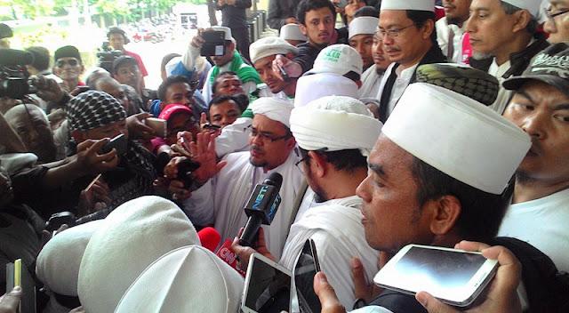Akhlak Mulia Sang Habib, Usai Bersaksi Habib Rizieq Tolong Wartawan Yang Jatuh Dan Ajak Wartawan Gelar Tikar Sambil Ngopi