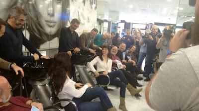 rueda de prensa, peluquería, teatro